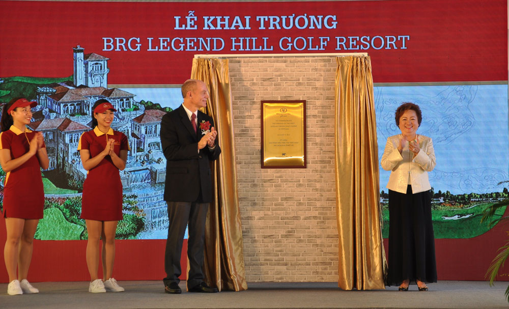 Madame Nguyen Thi Nga receives the special present from Mr.Jack Nicklaus and Nicklaus Design